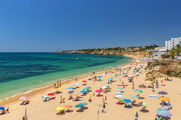 Belles plages de la côte de l'algarve au portugal, armacao de pera.