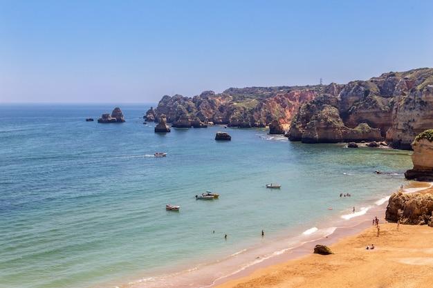 Belles plages de la côte de l'algarve au portugal, lagos.
