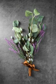 Belles plantes cadeau sur fond de ciment