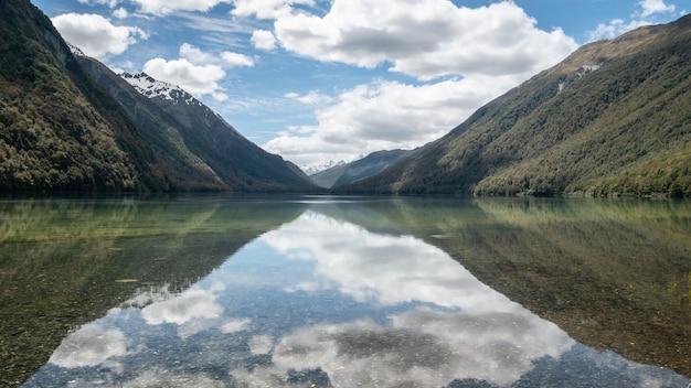 Belles réflexions encore sur un lac au cours d'une journée ensoleillée lake gunn nouvelle-zélande