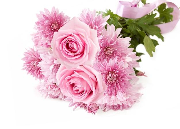 Belles roses roses et bouquet d'asters avec ruban sur blanc