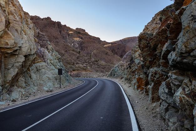 Belles routes de campagne et nature. conduire entre les rochers. la route entre les rochers menant aux montagnes. ténérife espagne.