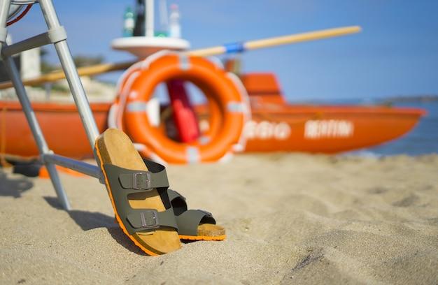 Belles sandales pour hommes vertes et oranges pour les vacances en été