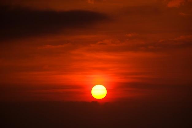 Belles scènes avec le lever du soleil du matin.