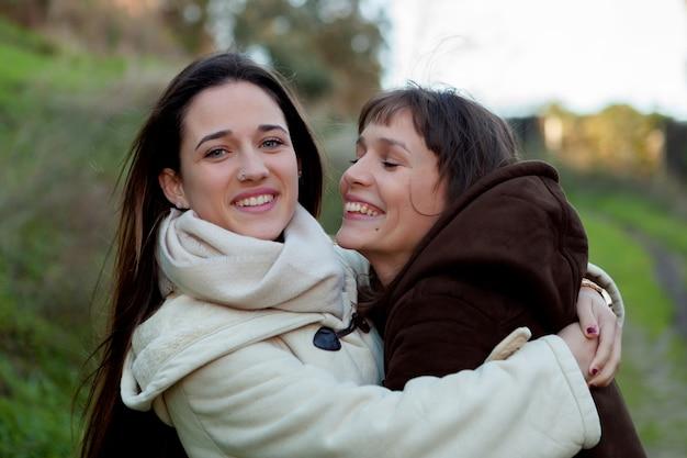 Belles soeurs dans un parc