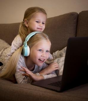 Belles soeurs utilisant la technologie à la maison