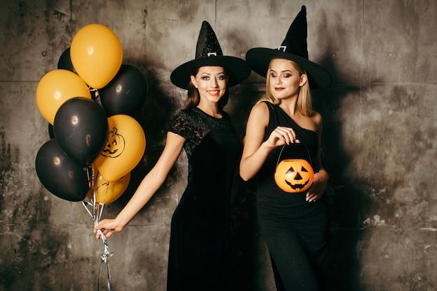Belles sorcières avec des ballons