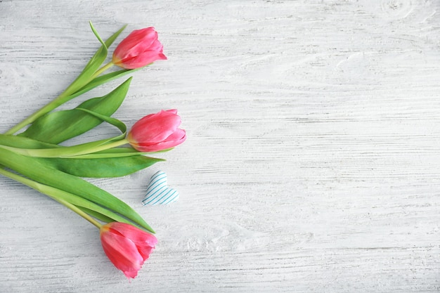 Belles tulipes et petit coeur en coton sur bois clair