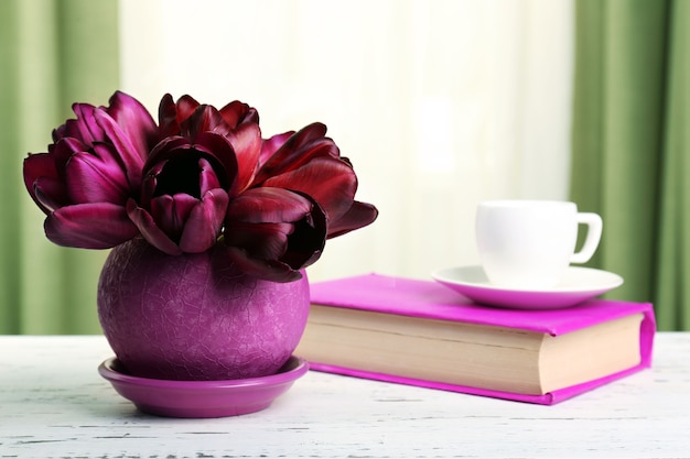 Belles tulipes en pot avec livre