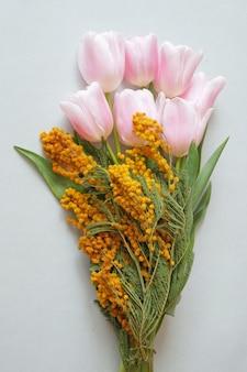 Belles tulipes roses et fleurs de mimosa