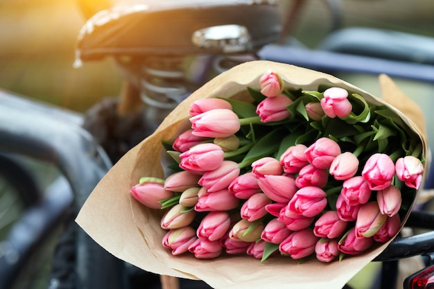 Belles tulipes roses sur un vieux vélo à amsterdam