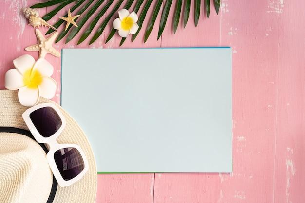 Belles vacances d'été, accessoires de plage, coquillages, chapeau, lunettes de soleil et feuilles de palmier