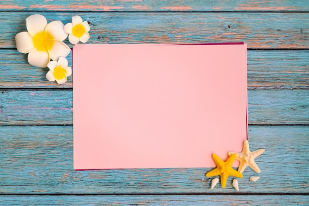 Belles vacances d'été, accessoires de plage, coquillages et fleurs sur papier