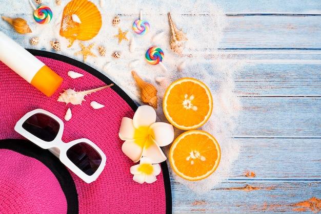 Belles vacances d'été, accessoires de plage, lunettes de soleil, chapeau, crème solaire et coquillages