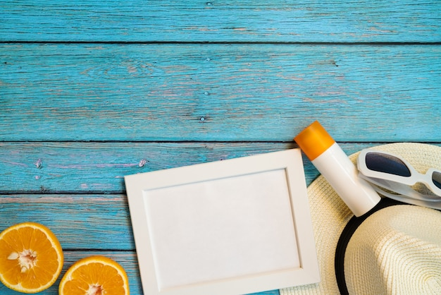 Belles vacances d'été, accessoires de plage, orange, lunettes de soleil, chapeau et protection solaire