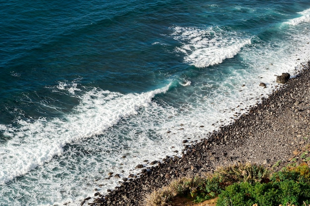 Belles vagues bleues de l'océan