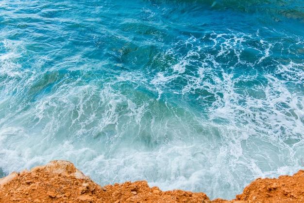 Belles vagues dans la mer bleue, journée ensoleillée
