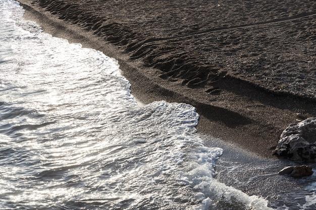 Belles vagues de la mer et fond de plage