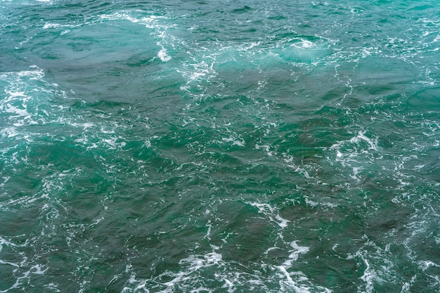 Belles vagues de l'océan turquoise avec des rochers
