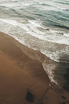 Belles vagues de plage au bord de la mer