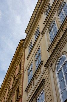 Belles vieilles maisons dans un automne pluvieux à prague, la république tchèque est un pays d'europe centrale