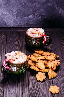 Belles vieilles tasses en céramique avec des biscuits