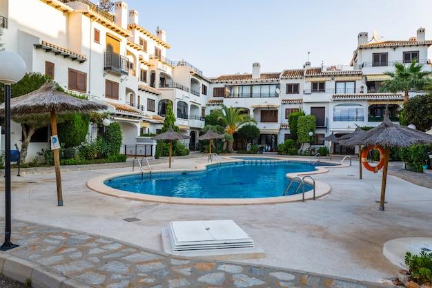 Belles villas de vacances construites dans un style espagnol typique