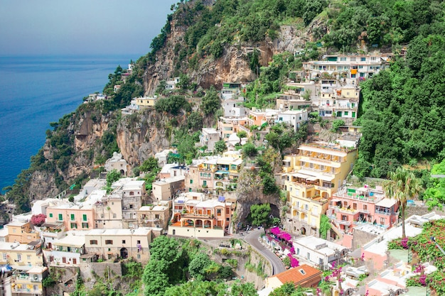 Belles villes côtières de l'italie - pittoresque positano sur la côte amalfitaine