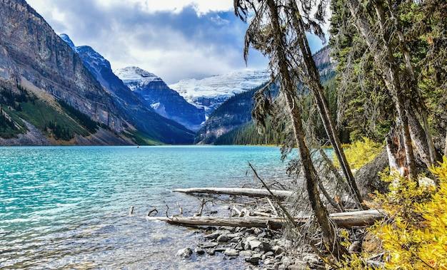Belles vues d'automne de l'emblématique lac louise dans le parc national banffalberta canada