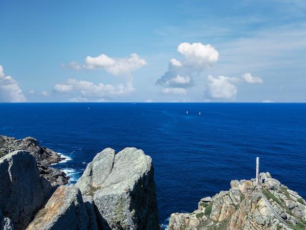 Belles vues de la côte de la galice en espagne pendant le matin ensoleillé