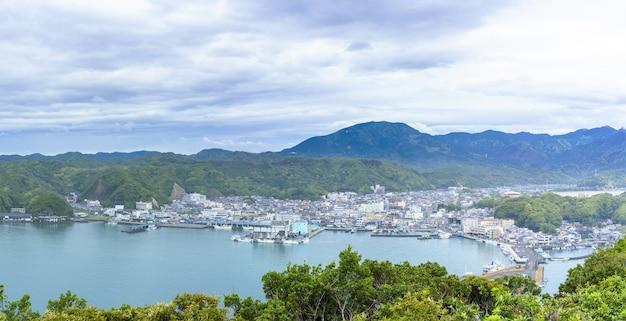 Belles vues panoramiques sur l'océan pacifique et le port de katsuura , wakayama , japon