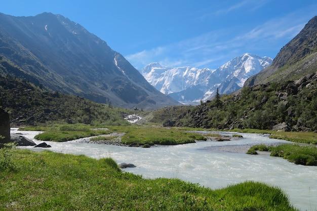 Belukha vue sur la montagne. rivière akkem. vallée de montagne. montagnes de l'altaï, russie.