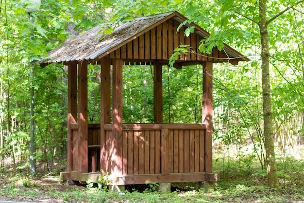 Un belvédère en bois pour se reposer en forêt