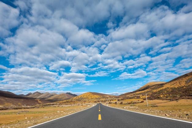 Bend sur la route rurale menant