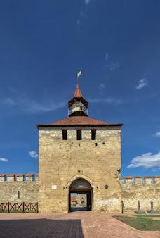 Bender, moldavie 06.09.2021. murs de forteresse et tours de la forteresse de tighina à bender, en transnistrie ou en moldavie, par une journée ensoleillée d'été