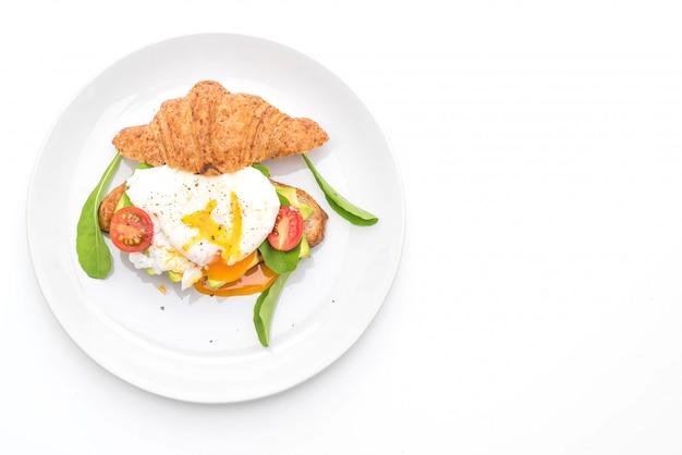 Benedict aux oeufs avec avocat, tomates et salade - style de nourriture sain ou végétalien