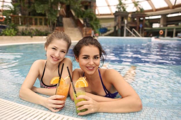 Bénéficiant d'un cocktail dans la piscine