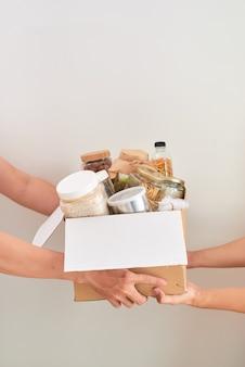 Bénévole avec boîte de nourriture pour les pauvres. notion de don.