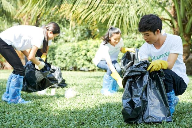 Des bénévoles aident à garder la nature propre