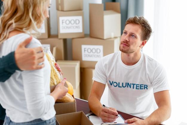 Bénévoles préparant de la nourriture pour un don
