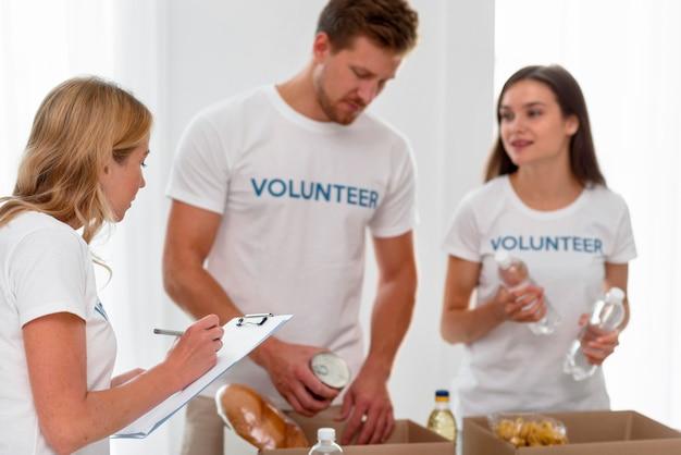 Des bénévoles préparent des boîtes avec des dons alimentaires
