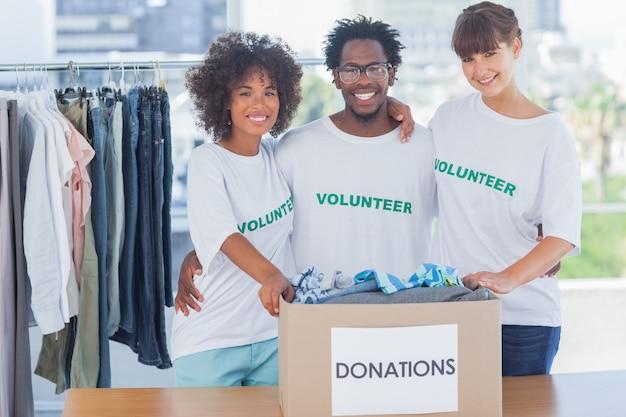 Des bénévoles rassemblés dans leur bureau