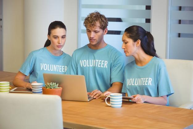 Bénévoles utilisant un ordinateur portable