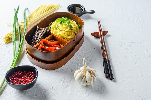 Bento pack déjeuner fait maison avec espace vue côté ingrédients pour le texte.