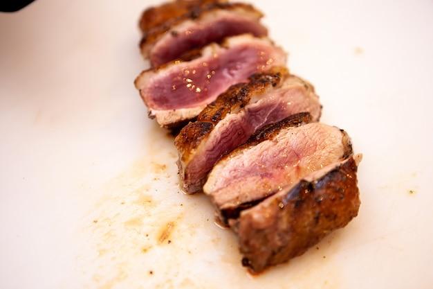 Berast de canard cuit parfait dans la cuisine du restaurant. chef faisant un délicieux repas