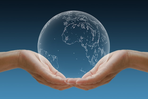 Berceau à la main du globe concept pour l'environnement.