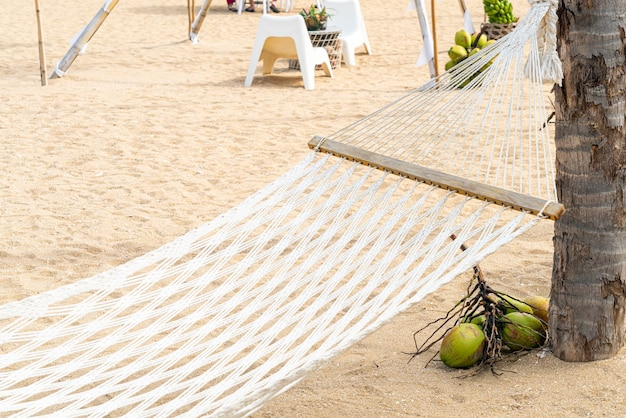 Berceau vide avec fond de plage de mer