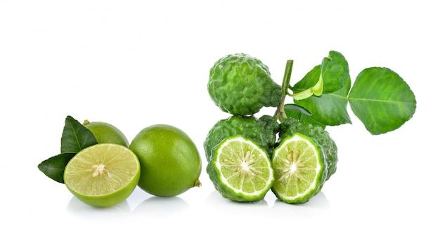 Bergamote et citron vert sur fond blanc