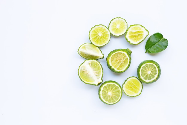 Bergamote kaffir citron vert frais isolé sur blanc.
