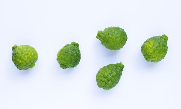 Bergamote kaffir lime herbe fraîche isolée.